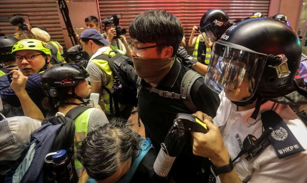 香港一名抗議者2019年7月7日在九龍旺角區參與集會示威與警方發生衝突時被警方拘捕。(VIVEK PRAKASH/AFP/Getty Images)