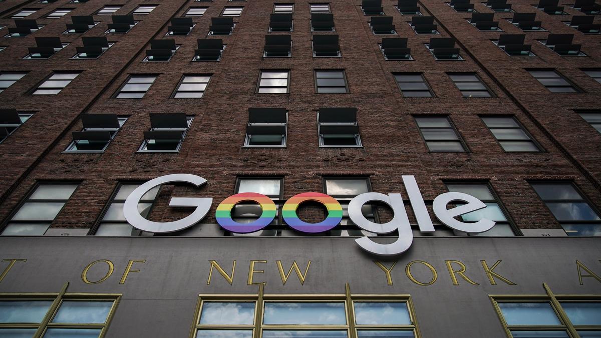 有港媒稱,目前谷歌正暗地幫助中共軍隊改進J-20戰機。(Drew Angerer/Getty Images)