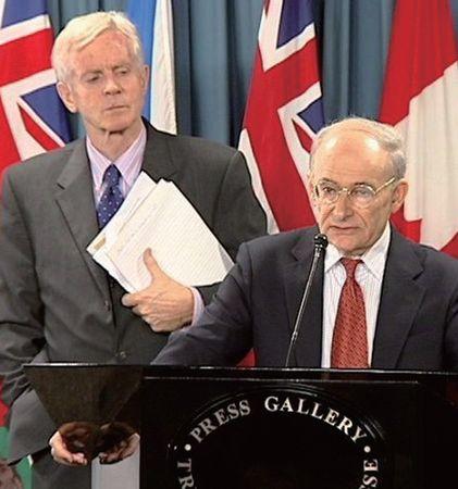 加拿大前亞太司司長、資深國會議員大衛.喬高(David Kilgour)(後)和國際人權律師大衛.麥塔斯(David Matas)(前)。(大紀元)