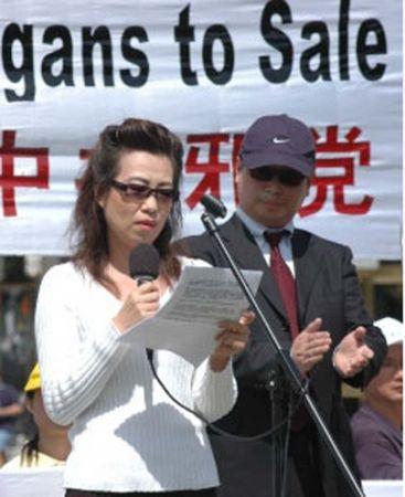 2006年4月21日,胡錦濤訪美期間,瀋陽市蘇家屯主刀醫師妻子安妮(左)和記者皮特(右)首次公開露面,表示無論中共如何銷毀證據,他們願用生命作證,揭露中共活體摘取法輪功學員器官的罪惡。(大紀元)