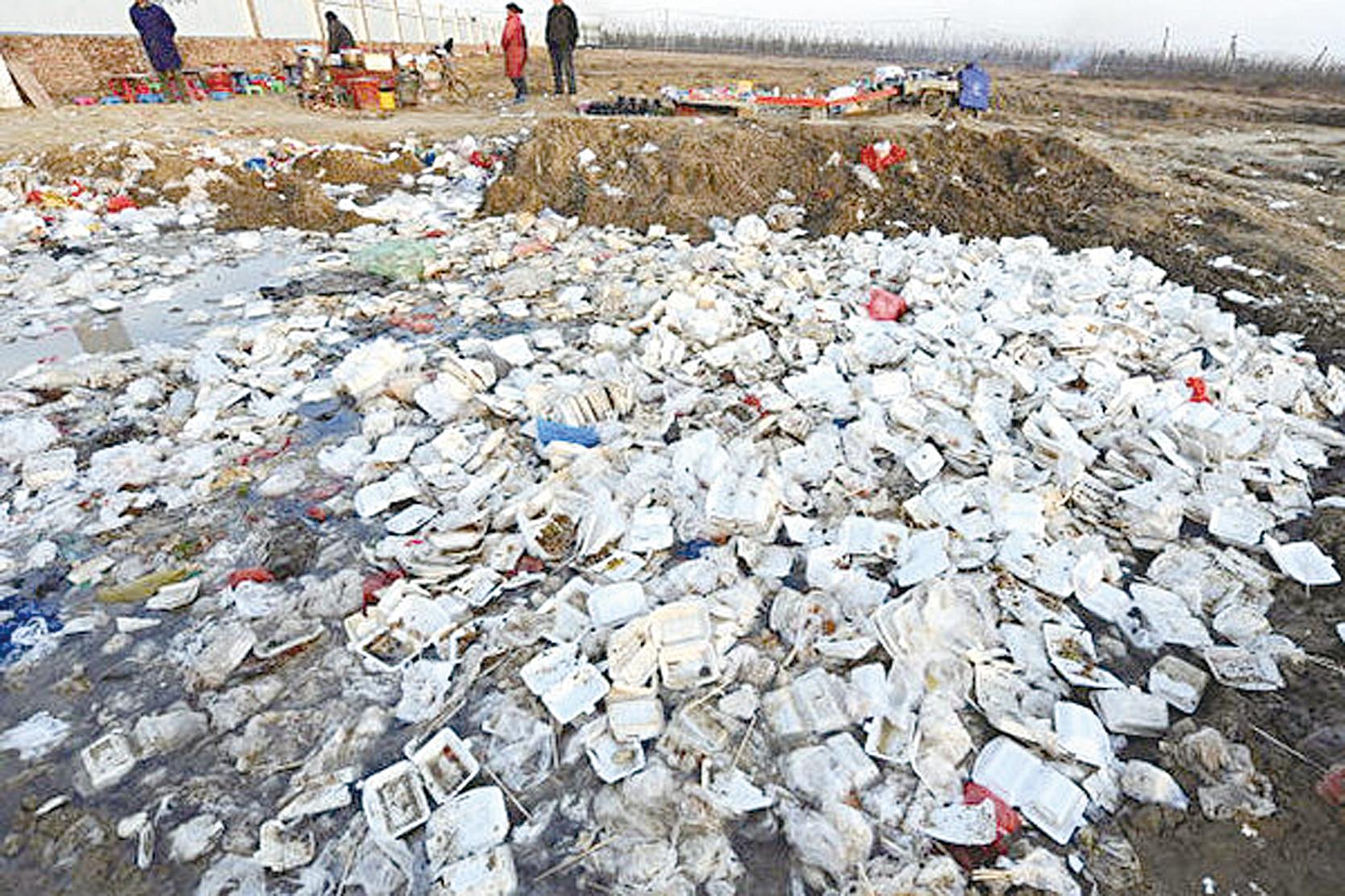 現在中國面臨的新環境問題是城市垃圾處理問題,而垃圾焚燒無法解決根本問題,只會斷送中國生態的未來。圖為安徽合肥一個建築工地附近的塑料飯盒垃圾。(Getty Images)