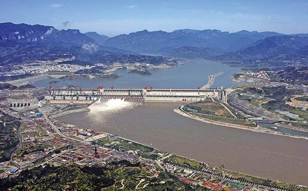 █早前一張疑似三峽大壩變形的衛星圖片引起海內外網民關注,及後官方承認三峽壩體的確會「漂移」。(AFP)