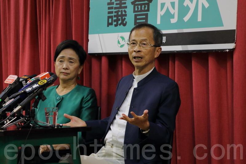 曾鈺成(右)認為,今次民間反對修訂《逃犯條例》,是特區政府自九七後面對的最大一次的管治危機。(蔡雯文/大紀元)