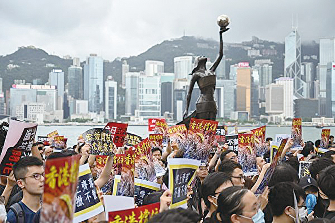 2019年7月7日,香港九龍舉行反送中大遊行,參加民眾擠爆街道。(HECTOR RETAMAL/AFP/Getty Images)