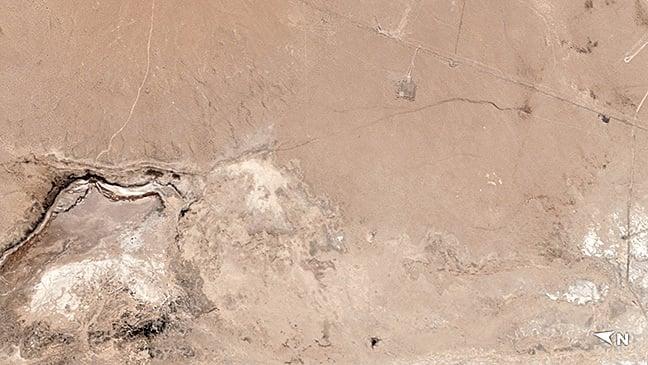 衛星圖像顯示,上周五晚上南加發生7.1級地震後,震中附近地區出現了一條大裂縫。(Planet Labs)