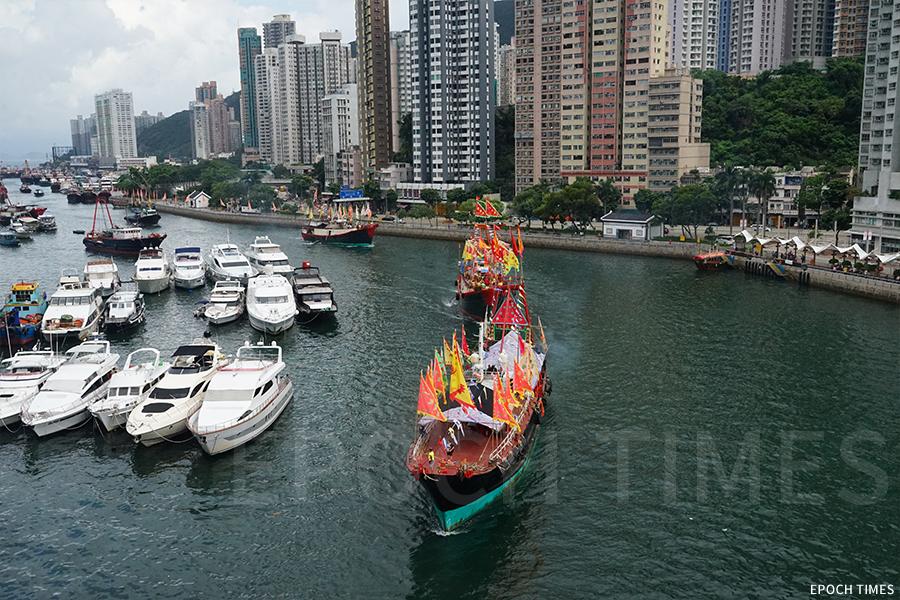 黃曆五月廿二日的遊神活動,插滿彩旗的船隻從香港仔避風塘出發,主船由兩艘大型漁船前後護航,繞行鴨脷洲一圈。(曾蓮/大紀元)