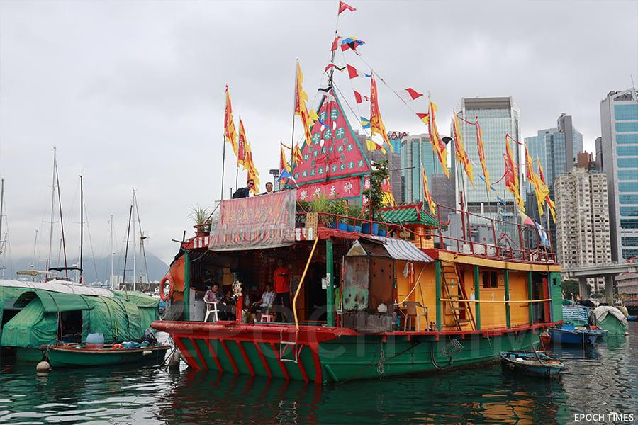 三角天后廟自1955年停泊至今,已有六十餘年歷史,參拜者多為漁民,需乘搭駁艇方能上船。(陳仲明/大紀元)