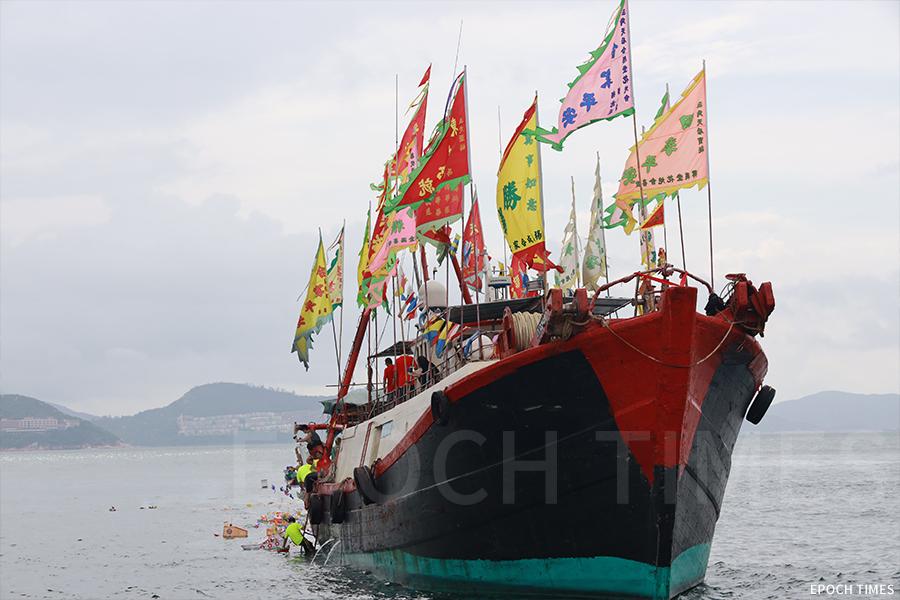 在天后出巡期間,漁民在南丫島海面進行「放船」儀式。(陳仲明/大紀元)