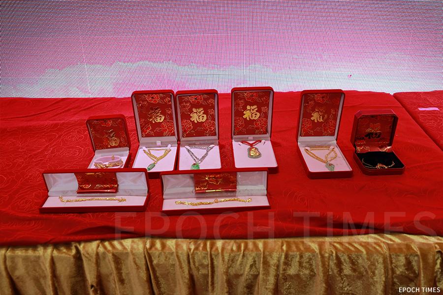 供奉過天后的金、玉,便是賀誕宴會上的重要競投物品。(陳仲明/大紀元)