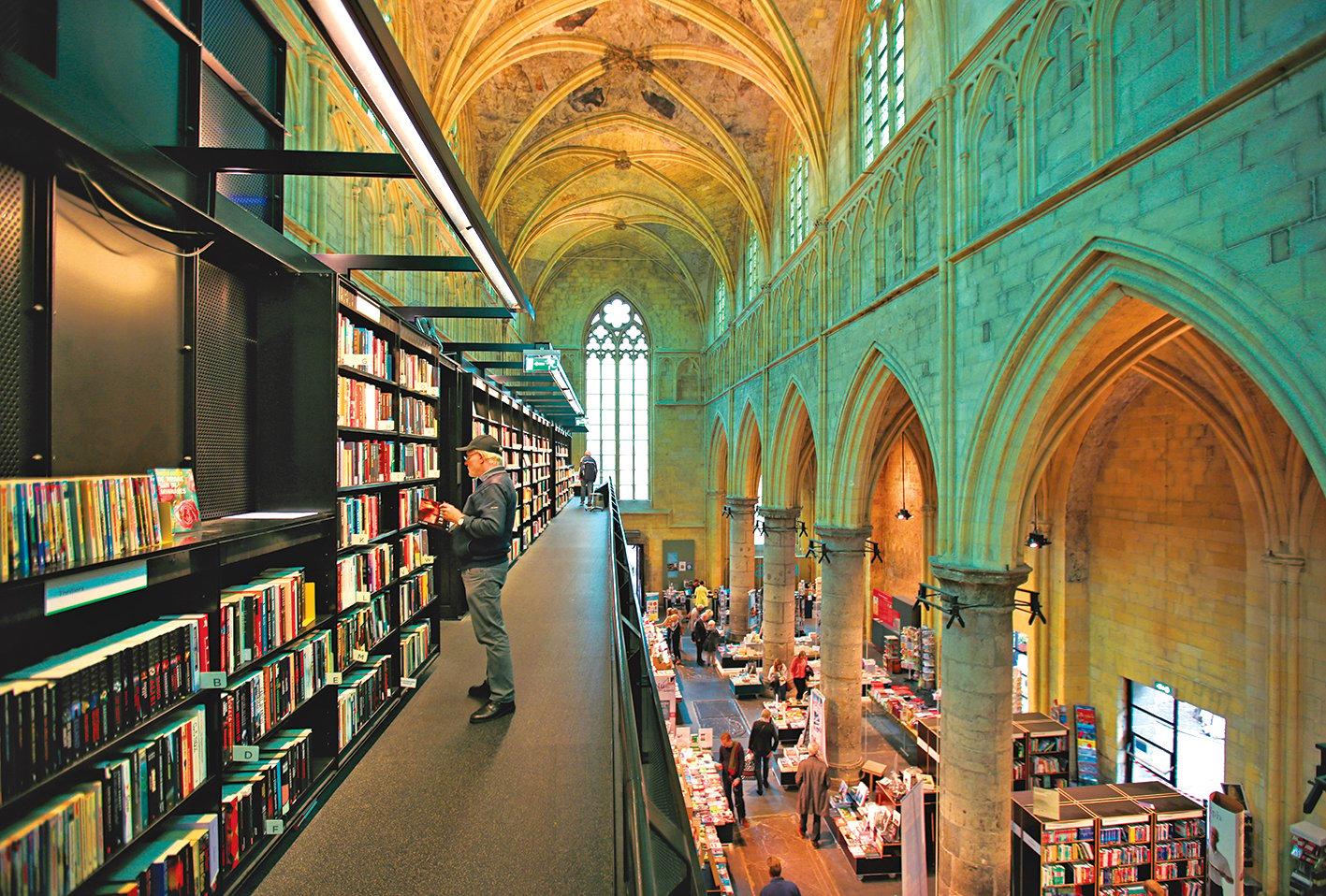 黑鐵支架搭建出3層巨大書廊。