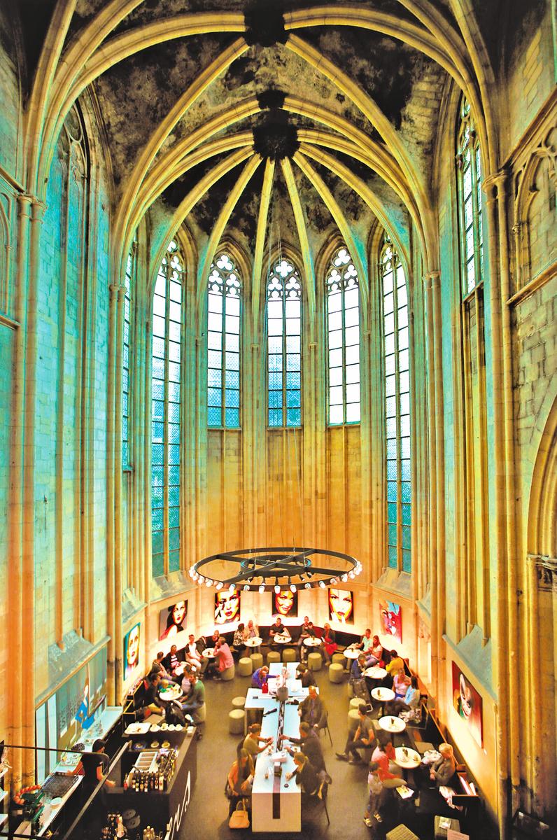 教堂中央的往日祭壇改為咖啡書吧。