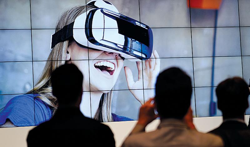 戴上三星Gear VR頭套搭載Galaxy S6 edge、S6 edge+或是Note 5的手機,就可以體驗虛擬實境。(AFP)