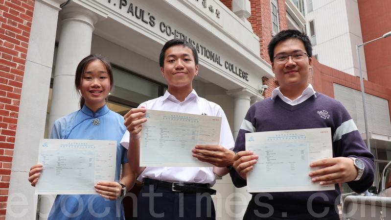 聖保羅男女中學狀元甘浚祺(中),以及獲六科5**的榜眼周泳懿(左)及何智樂(右)。(黃曉翔/大紀元)