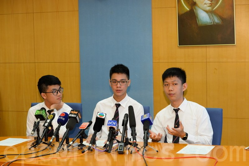 喇沙書院超級狀元黃子峯(中)、狀元蕭子聰(左)及許友灝(右)(宋碧龍/大紀元)