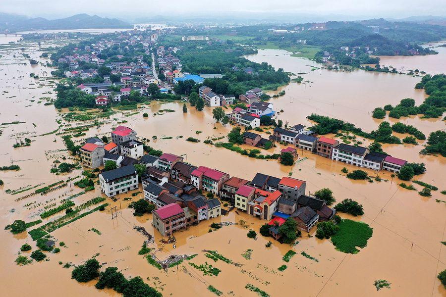 7月9日航拍照片顯示,在湖南衡陽市遭遇暴雨之後,建築物遭到洪水浸泡。(STR/AFP/Getty Images)