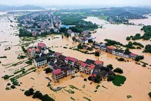 暴雨續襲南方 湘江流量創紀錄 機場撈魚