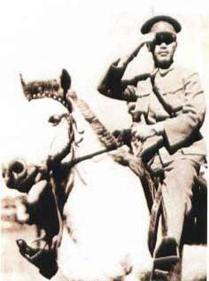 國民革命軍總司令蔣介石在廣州的東校場的北伐誓師儀式上閱兵(維基百科公有領域)