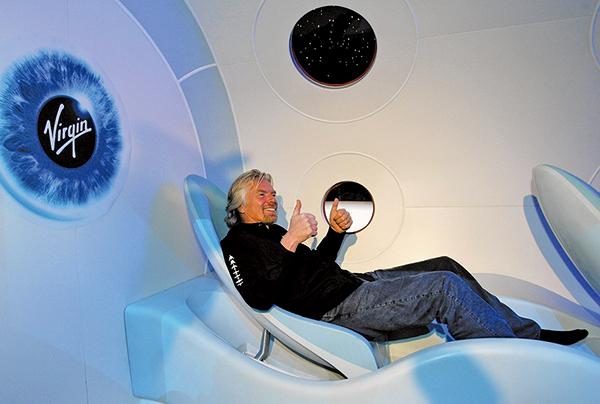 維珍銀河創始人理查德‧布蘭森試坐太空船座椅。(AFP)