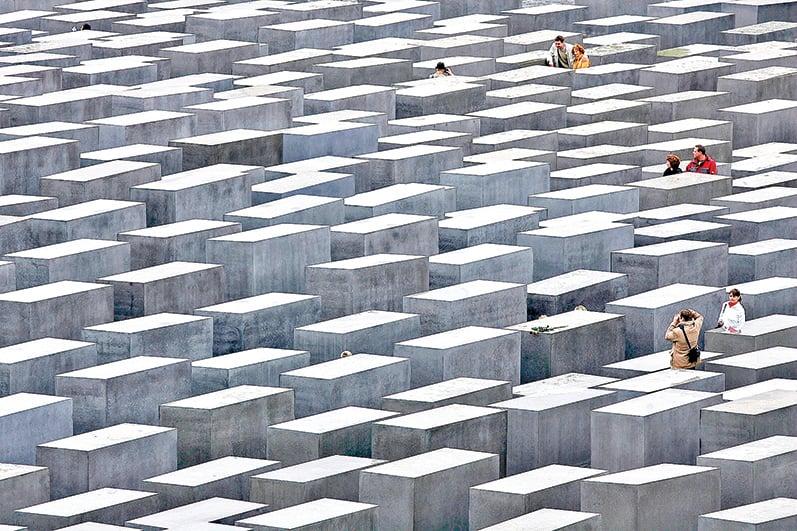 柏林勃蘭登堡大門附近有一片紀念碑林(下圖右),紀念被納粹屠殺的600 萬猶太人。(Getty Images)