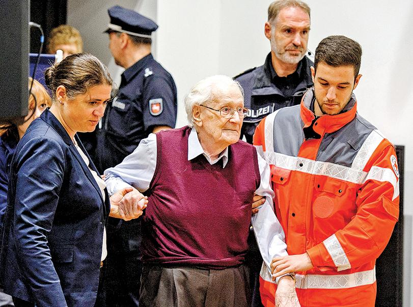 2015 年,94歲的納粹賬房格勒寧(下圖左)被判刑4 年。2017 年,法庭還裁定,格勒寧必須入獄服刑。(Getty Images)