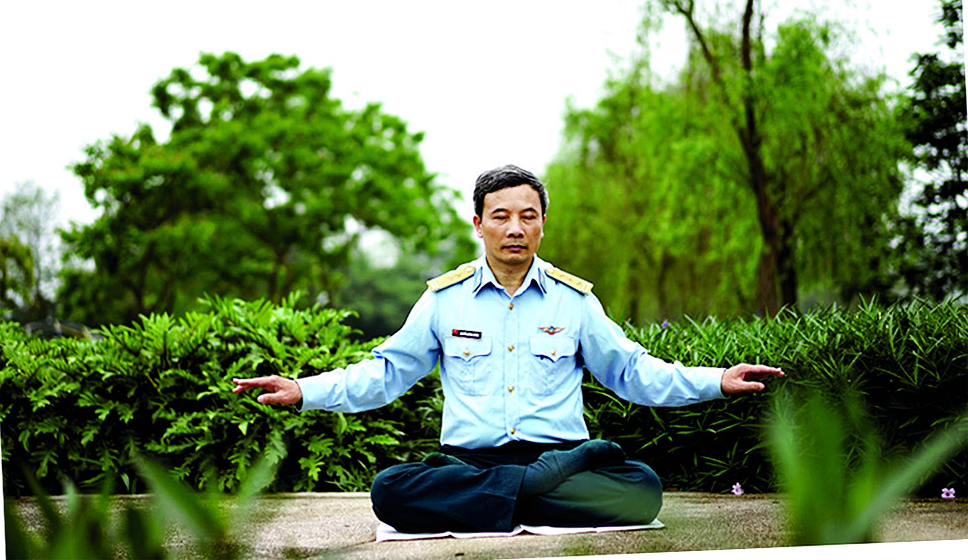 上:越南空軍中校Quynh Xuyen在煉法輪功的第五套功法。下:Quynh Xuyen從小習武,在空軍學院擔任武術教師。