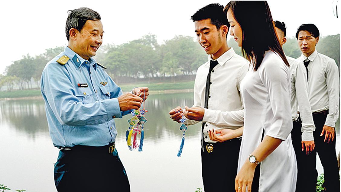 Quynh Xuyen向學生介紹法輪大法。(圖片由Quynh Xuyen 本人提供)