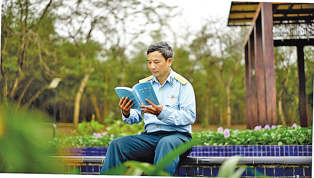 Quynh Xuyen在閱讀法輪大法著作《轉法輪》