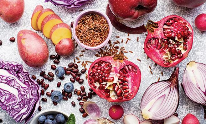 目前,大量科學實驗亦證實,吃一些簡單的食物就可以有效預防心血管疾病,在某些情況下甚至可以逆轉。(ILEISH ANNA/Shutterstock)