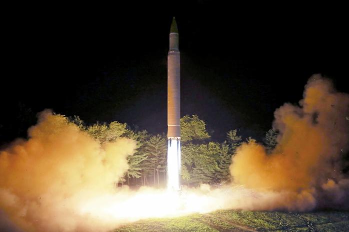 圖為北韓的洲際彈道導彈(ICBM)火星14(Hwasong-14)正在北韓的一個秘密地點發射。(AFP)