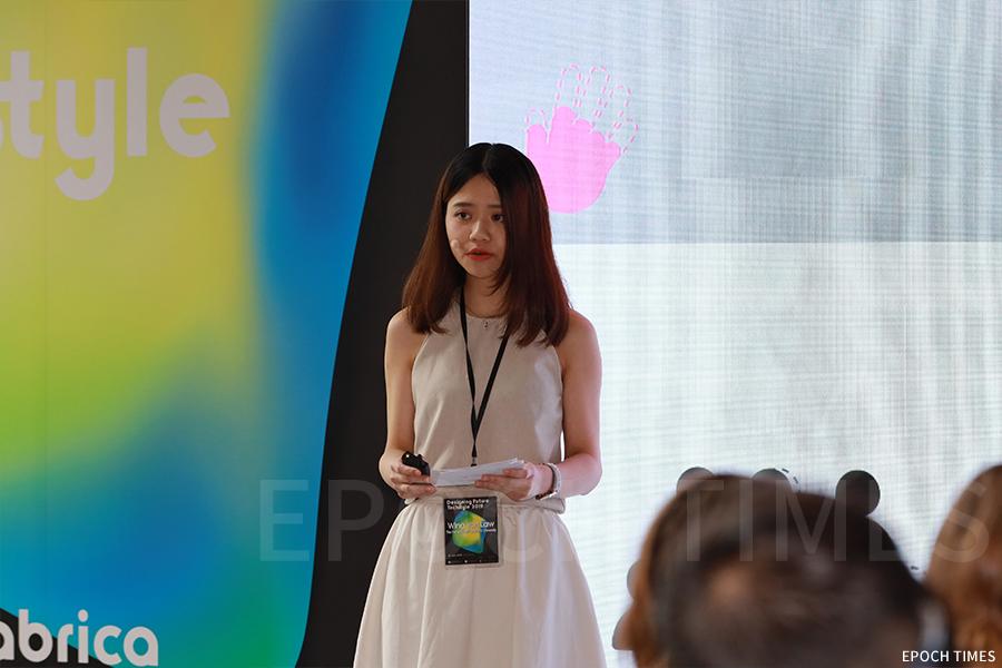 羅詠欣(Wendy)在Techstyle for Social Good設計大賽中演講,介紹自己的設計。(陳仲明/大紀元)