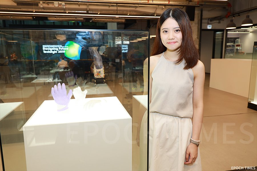 羅詠欣(Wendy)與她的作品「美感・新肢」。(陳仲明/大紀元)
