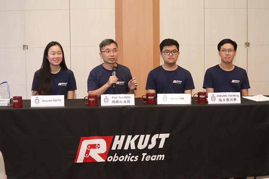 水底機械人隊導師、電子及計算機工程學系工程教育副教授胡錦添博士(左二)在記者會上分享赴美比賽心得。(受訪者提供)