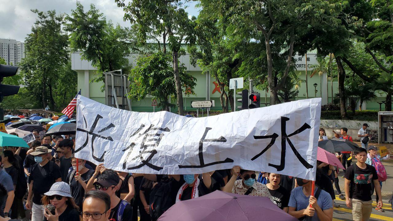 有網民發起「光復上水」行動,要求杜絕水貨客,不少市民出席。(李逸/大紀元)