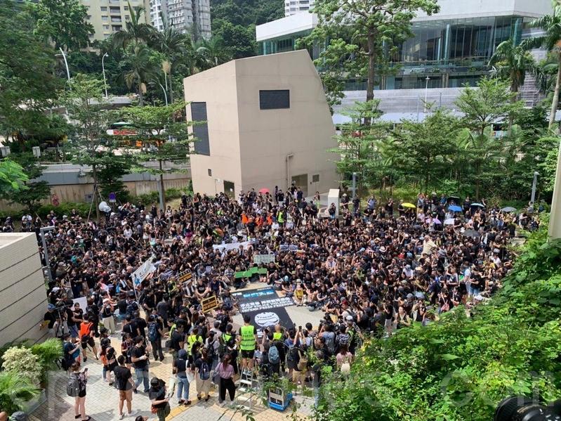 記協表示超過1500人參與「停止警暴捍衛新聞自由」新聞界靜默遊行。(李逸/大紀元)