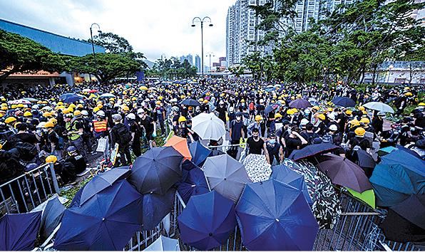 警方下午以胡椒噴霧和警棍對付示威者後,市民開始在源禾路與鄉事會路交界築起防線。(李逸/大紀元)