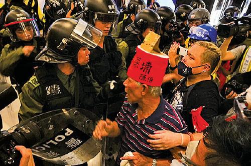 晚上9時許,示威者被防暴警察追逼至新城市廣場,爆發衝突。(龐大衛/大紀元)