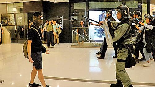 防暴警察在新城市廣場內用警棍指嚇示威者。(蔡雯文/大紀元)