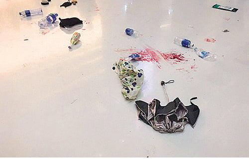 警民衝突過後,商場地上留下斑斑血跡。(孫青天/大紀元)