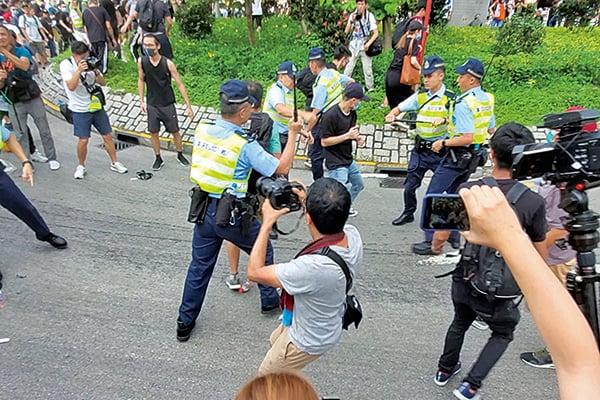 警方追打示威者。(李逸/大紀元)