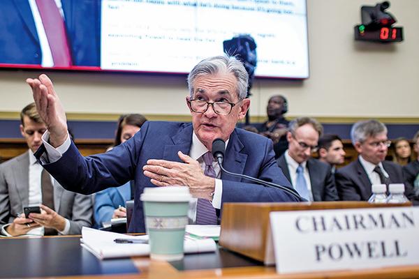 美聯儲主席鮑威爾在周三(10日)發表他上任以來最鴿派的國會證詞後,美股連續兩日創下了新的歷史里程碑——標普500指數立刻衝上3,000點大關。(AFP) 。(Getty Images)