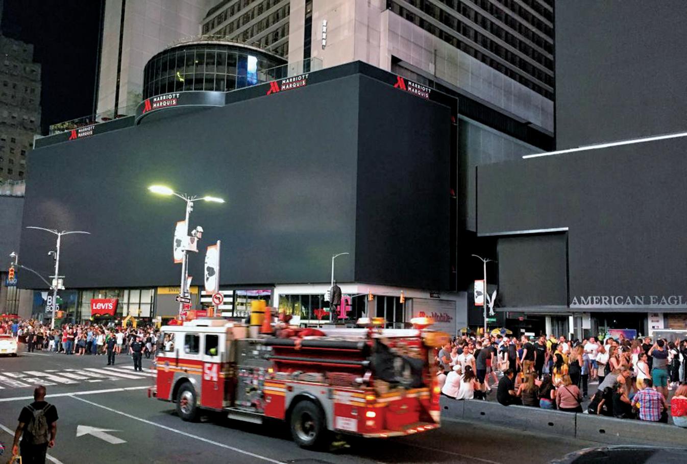 2019年7月13日晚紐約市曼哈頓大停電,時代廣場漆黑一片。地鐵站陷入黑暗中,約有42,000名客戶在傍晚失去電力供應。(AFP)