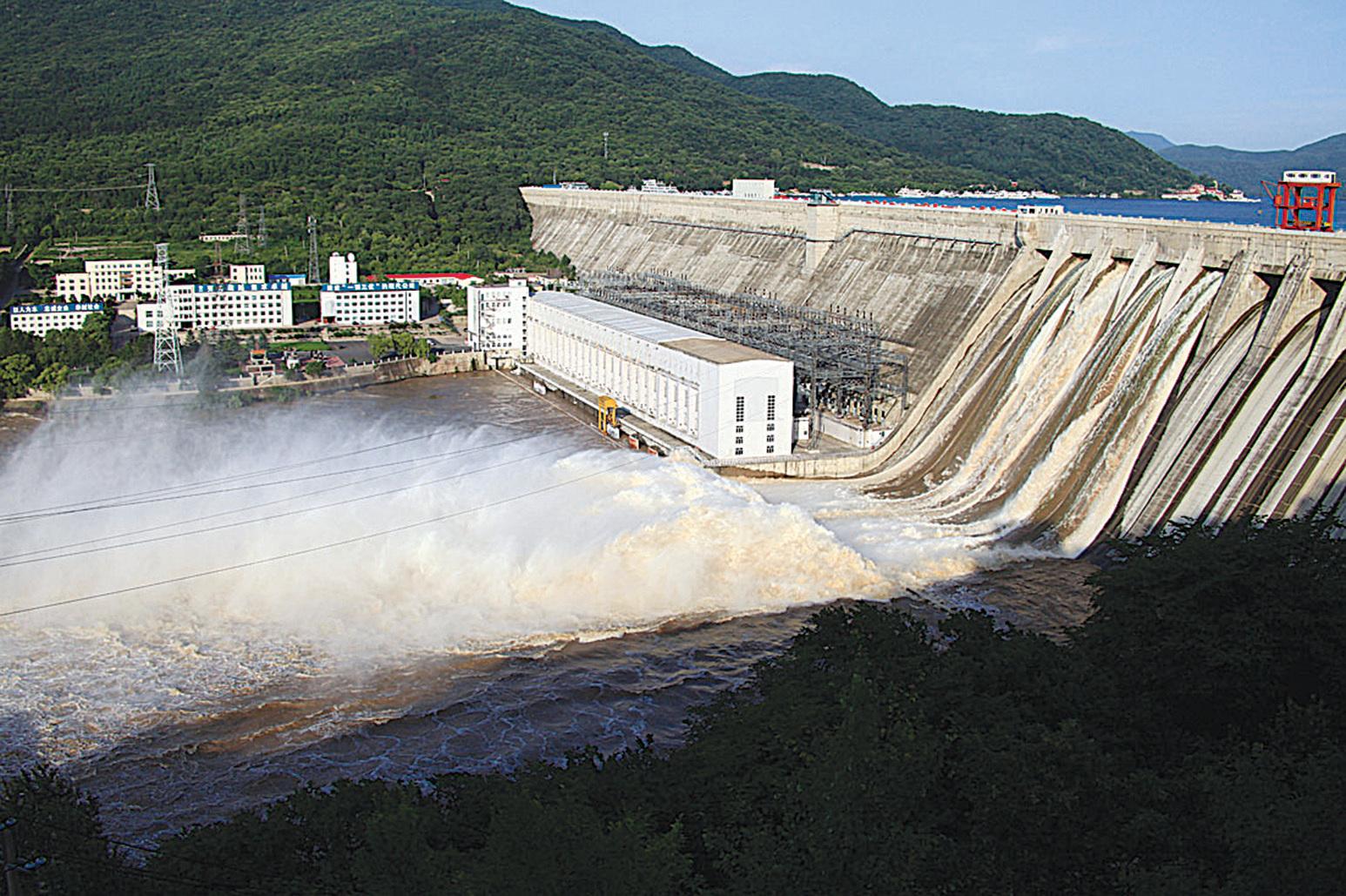 2010年8月1日,吉林市豐滿水庫大壩放水洩洪。該壩與三峽大壩是同一類型的混凝土重力壩。從照片看,大壩「健康而結實」,沒有肉眼可見的變形。但實際上,該壩2007年就已被官方評定為「病壩」,2010年2月宣佈將移址重建。(大紀元資料室)
