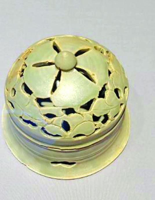 【附圖3】越窯青瓷刻花鏤空香熏,也叫熏籠。(沈靜/大紀元)