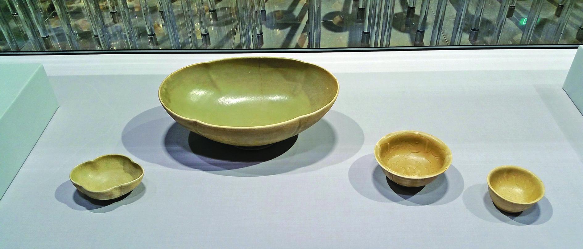 【附圖1】唐代越窯青瓷:花口碗、花口超大碗、中碗、小碗 。(沈靜/大紀元)