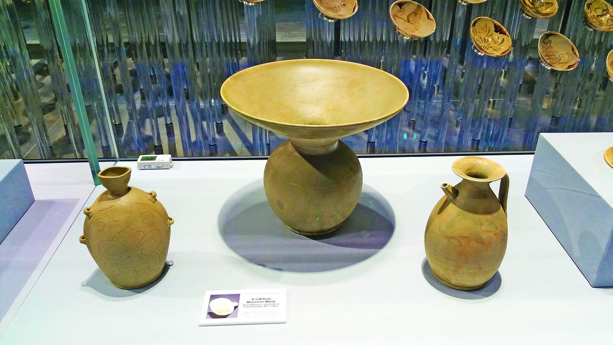 【附圖2】唐代越窯青瓷:穿帶壺 、渣斗(中) 、執壺。(沈靜/大紀元)