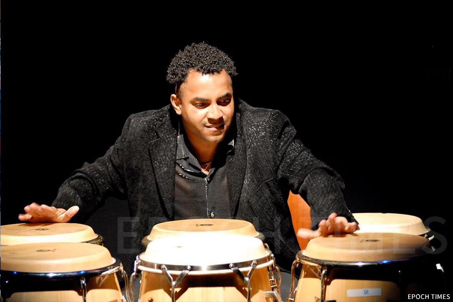 David Chala在表演中,他因音樂與香港結緣,想成為古巴音樂大使。(受訪者提供)