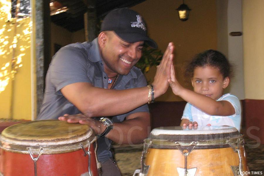 出生在古巴倫巴音樂的發源地——古巴馬坦薩斯(Matanzas)的David Chala,對音樂充滿了熱忱。(受訪者提供)