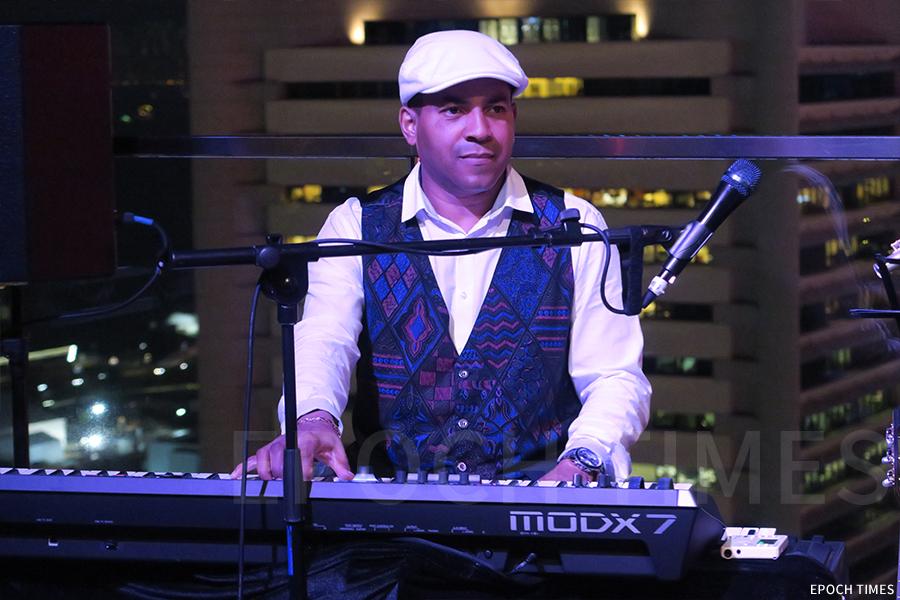 David Chala在中環摩天輪附近的一個天台酒吧表演。(陳仲明/大紀元)