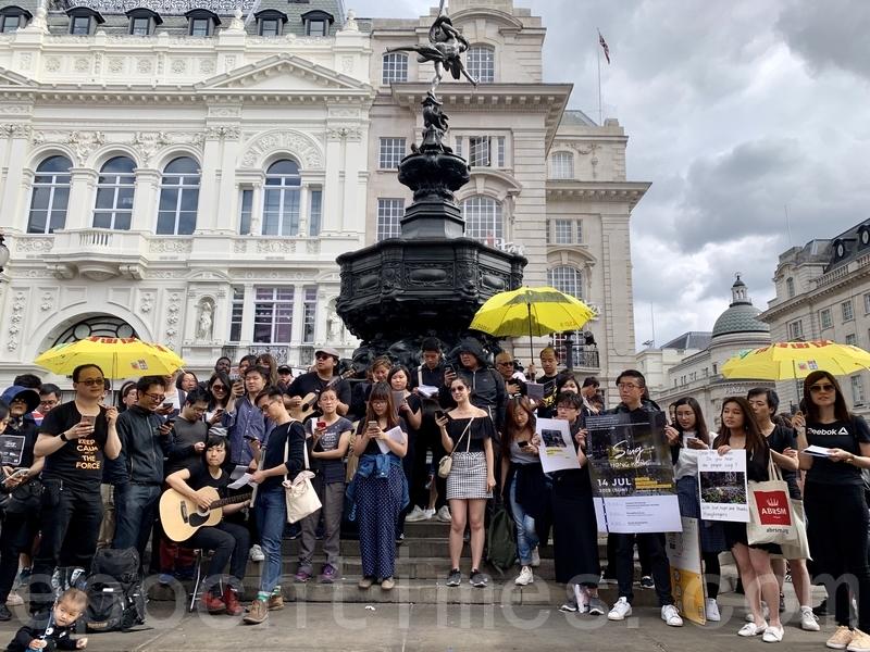 港人於倫敦著名地標皮卡迪利圓環(Piccadilly Circus)進行快閃唱歌活動「Sing for Hong Kong」,為香港打氣。(唐詩韻/大紀元)