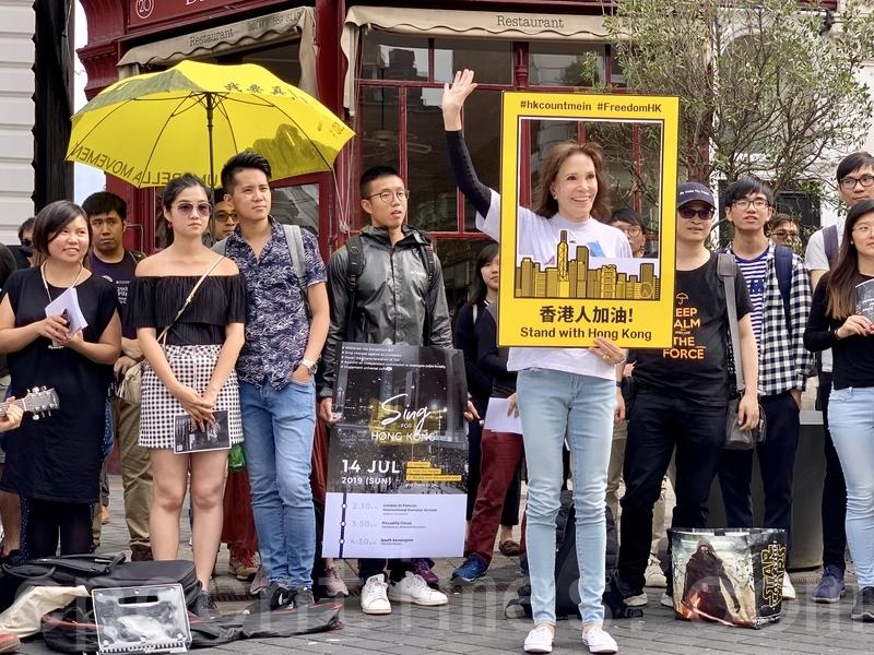 著名音樂劇《孤星淚》(Les Misérables)代表作《Do You Hear the People Sing?》填詞人的家屬親臨現場為香港打氣。(唐詩韻/大紀元)